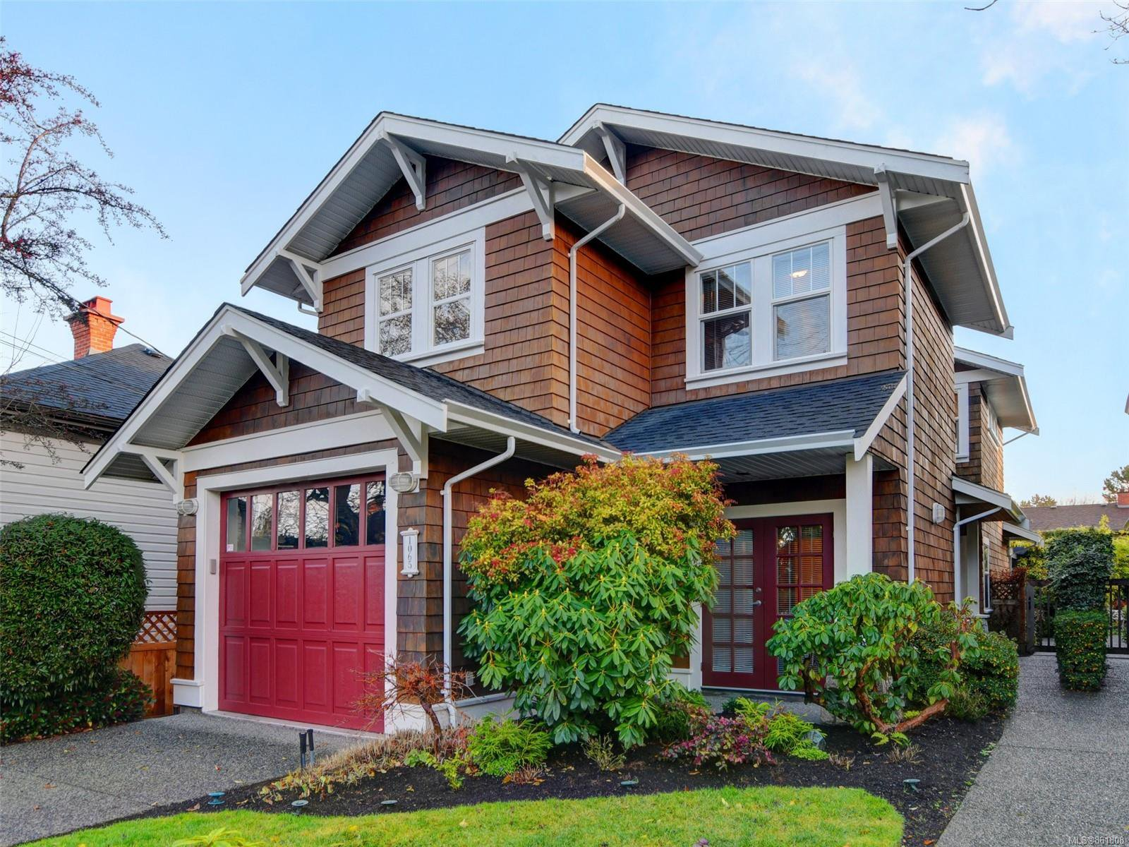 Main Photo: 1065 Redfern St in : Vi Fairfield East House for sale (Victoria)  : MLS®# 861808