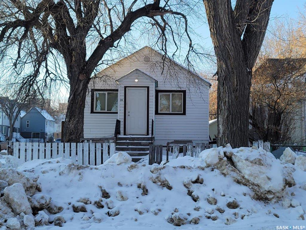 Main Photo: 135 N Avenue South in Saskatoon: Pleasant Hill Residential for sale : MLS®# SK838428