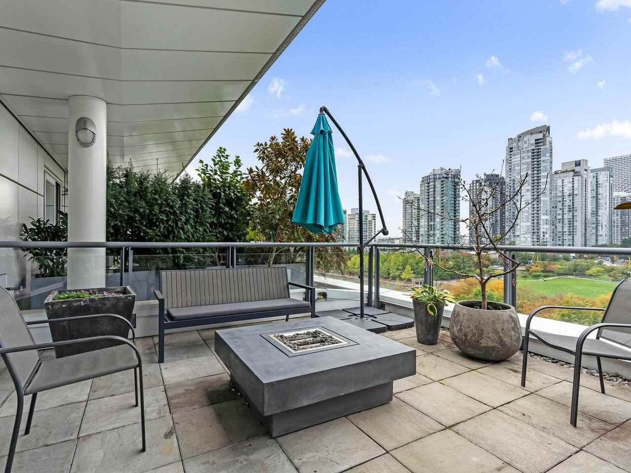 "Main Photo: 801 1383 MARINASIDE Crescent in Vancouver: Yaletown Condo for sale in ""COLUMBUS"" (Vancouver West)  : MLS®# R2504775"