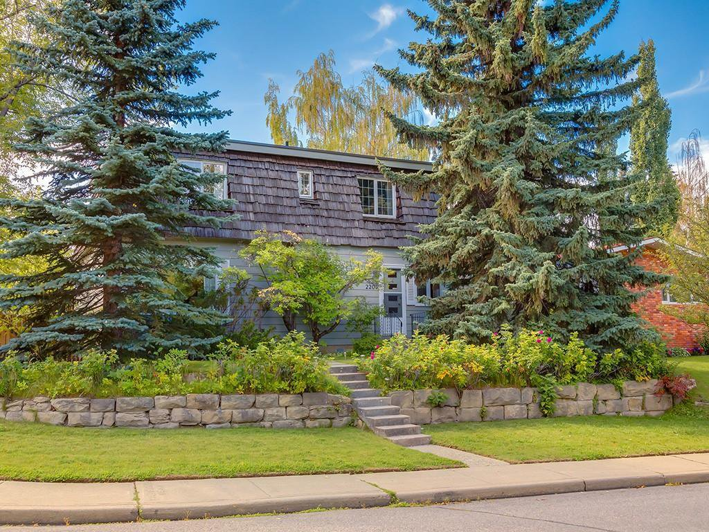 Main Photo: 2203 CHICOUTIMI Drive NW in Calgary: Charleswood Detached for sale : MLS®# C4290242