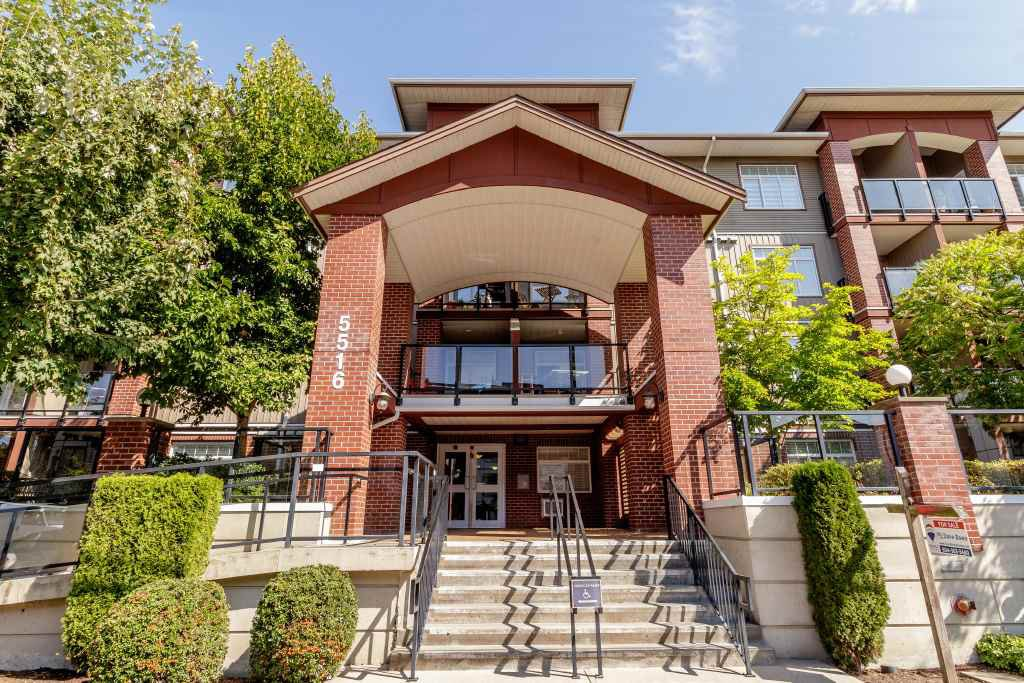 Main Photo: 218 5516 198 Street in Langley: Langley City Condo for sale : MLS®# R2401554