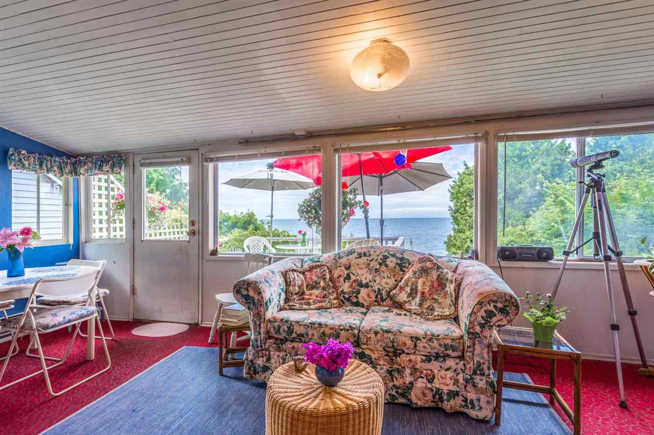 "Photo 3: Photos: 3223 BEACH Avenue: Roberts Creek House for sale in ""HEART OF ROBERTS CREEK"" (Sunshine Coast)  : MLS®# R2469113"