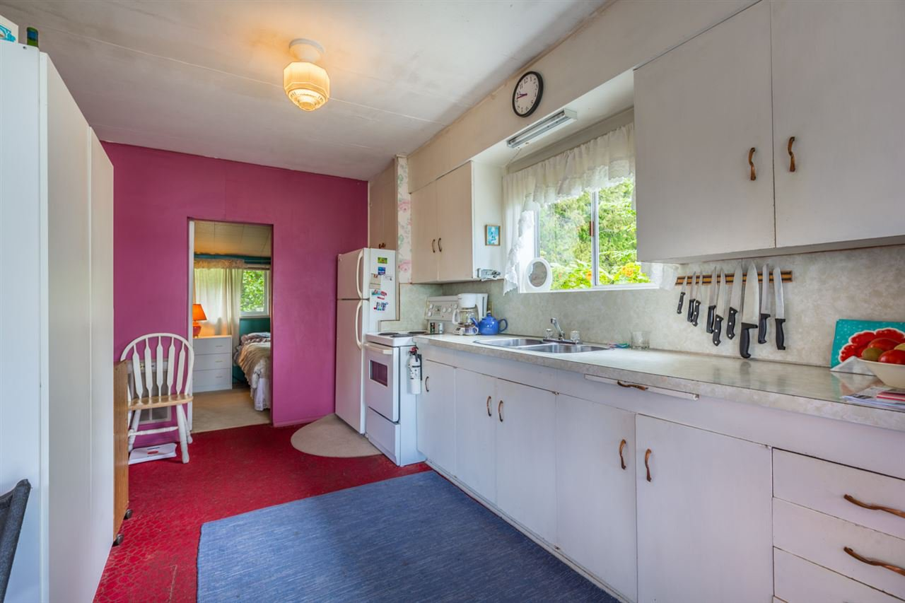 "Photo 7: Photos: 3223 BEACH Avenue: Roberts Creek House for sale in ""HEART OF ROBERTS CREEK"" (Sunshine Coast)  : MLS®# R2469113"