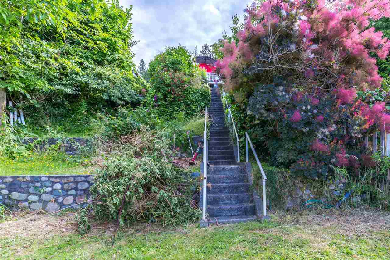 "Photo 13: Photos: 3223 BEACH Avenue: Roberts Creek House for sale in ""HEART OF ROBERTS CREEK"" (Sunshine Coast)  : MLS®# R2469113"