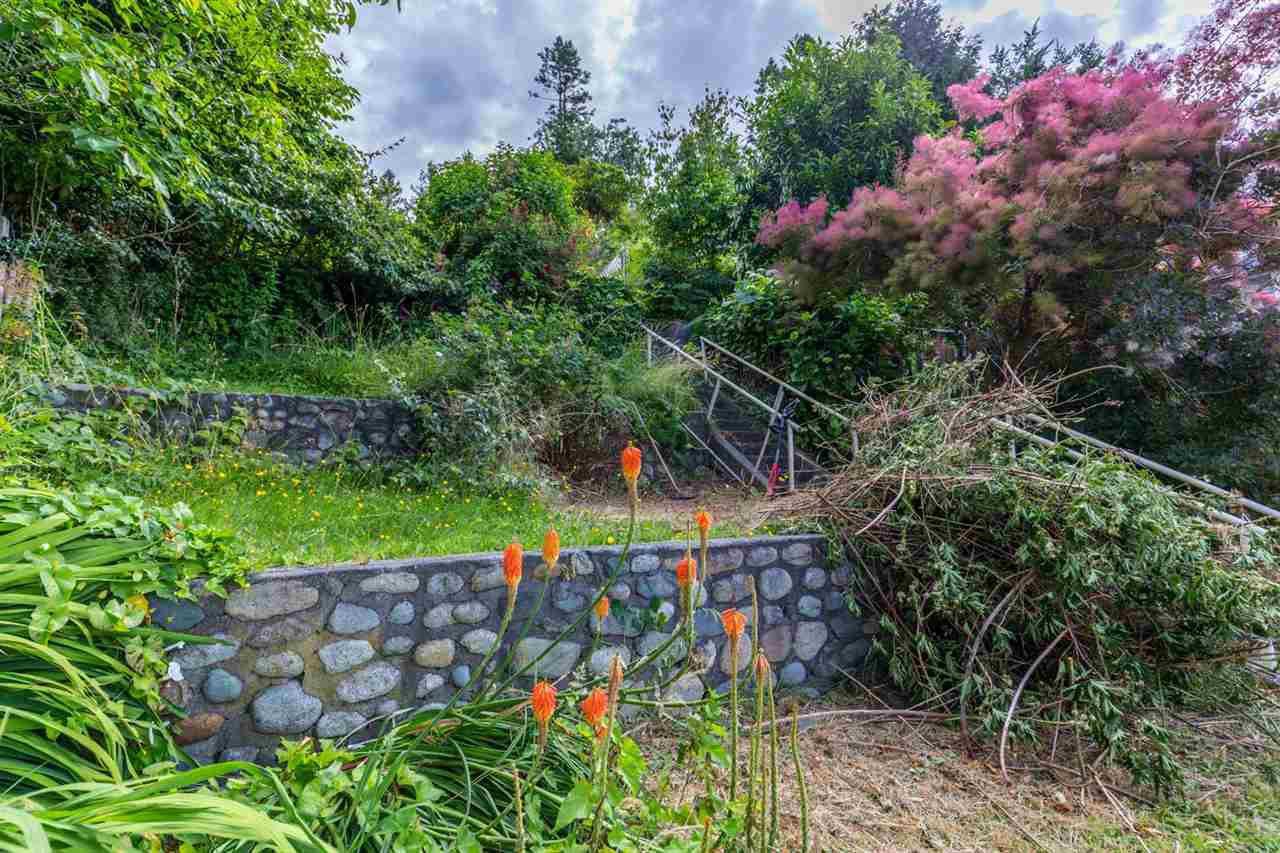 "Photo 14: Photos: 3223 BEACH Avenue: Roberts Creek House for sale in ""HEART OF ROBERTS CREEK"" (Sunshine Coast)  : MLS®# R2469113"