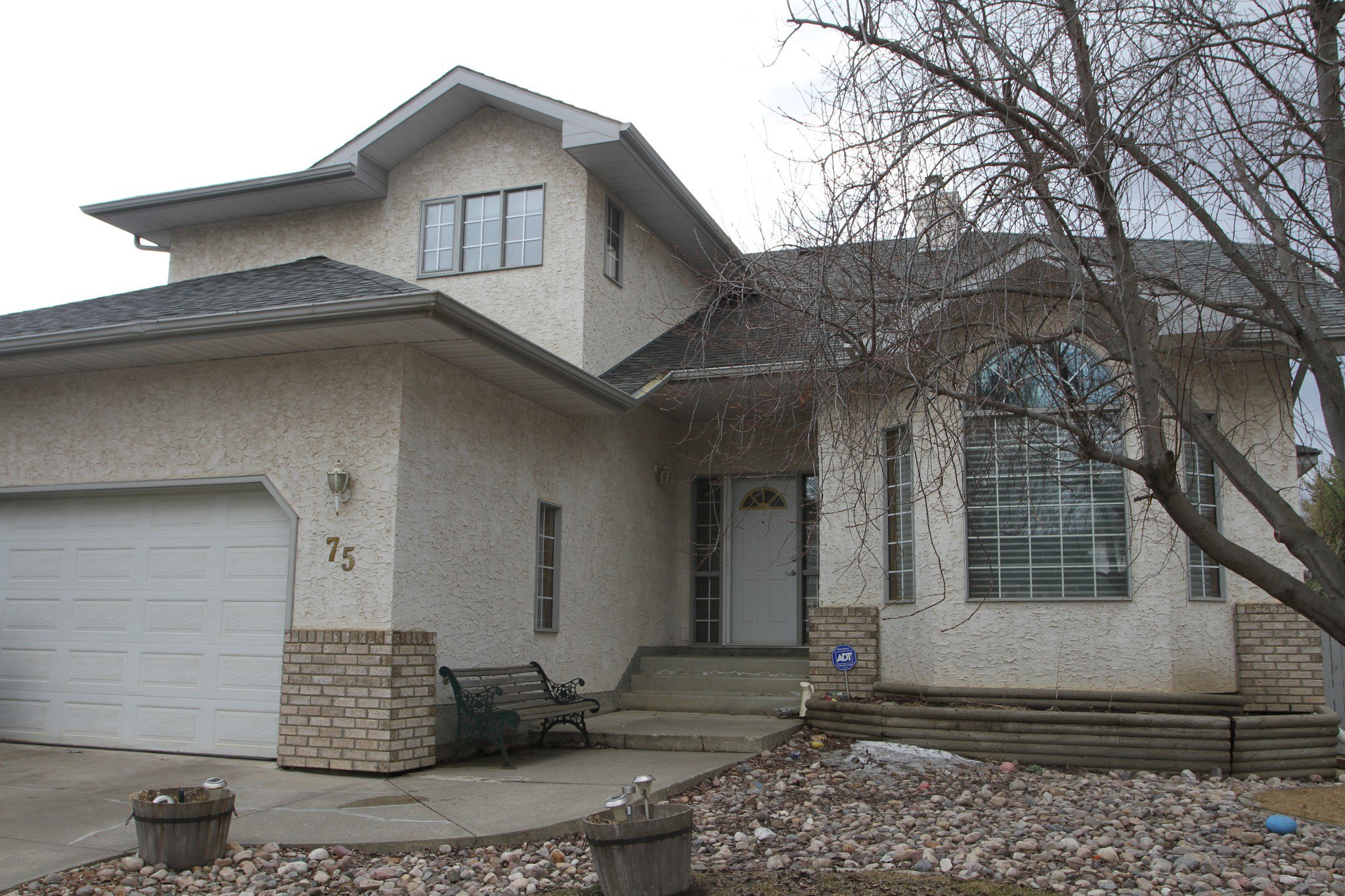 Main Photo: 75 Harwood Drive in St. Albert: House for rent