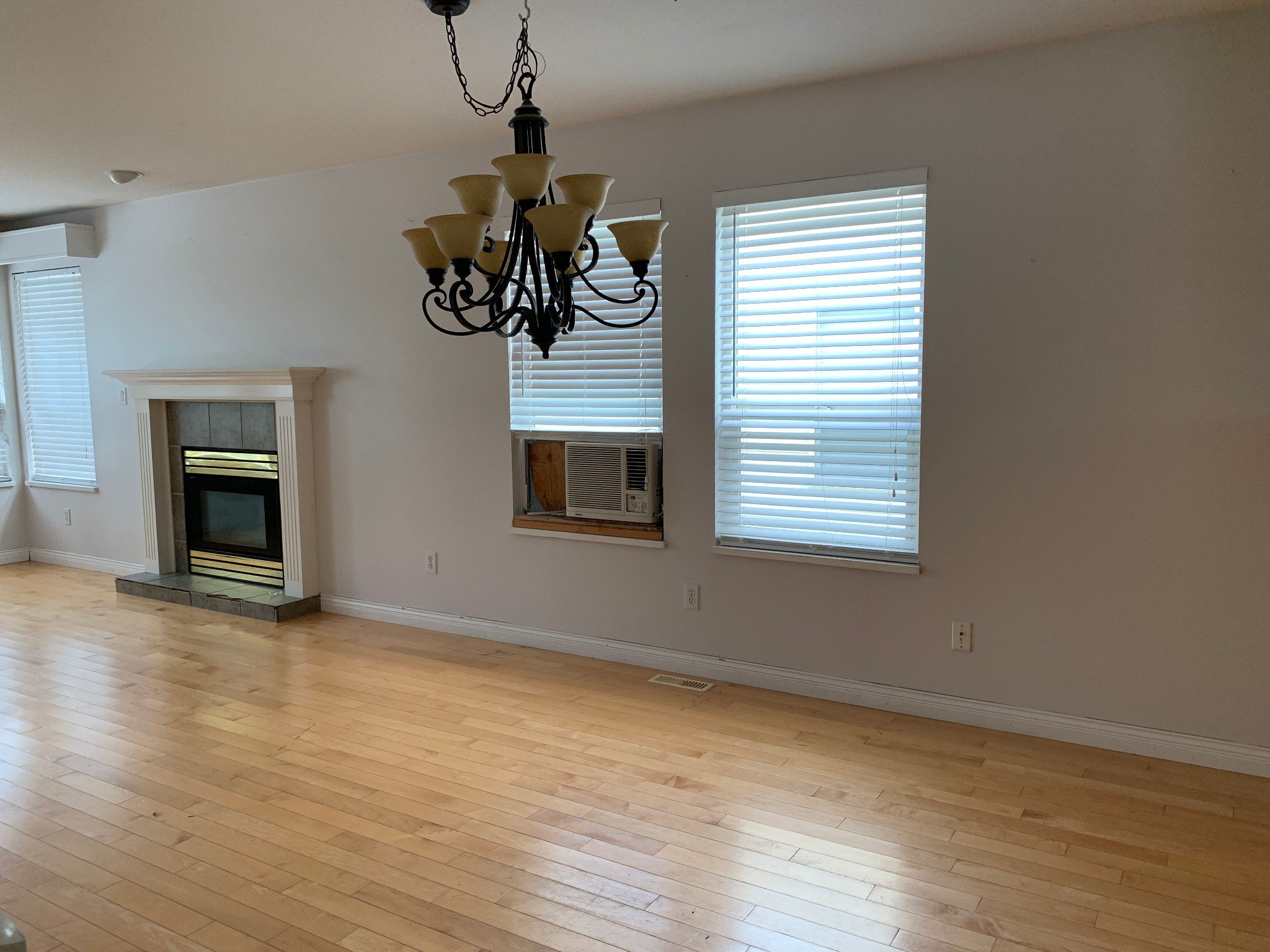 Photo 3: Photos: Upper 1686 McKenzie Rd. in Abbotsford: Poplar House for rent