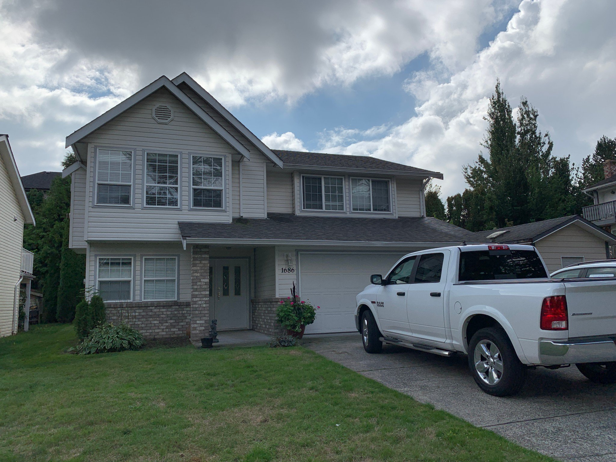 Photo 1: Photos: Upper 1686 McKenzie Rd. in Abbotsford: Poplar House for rent