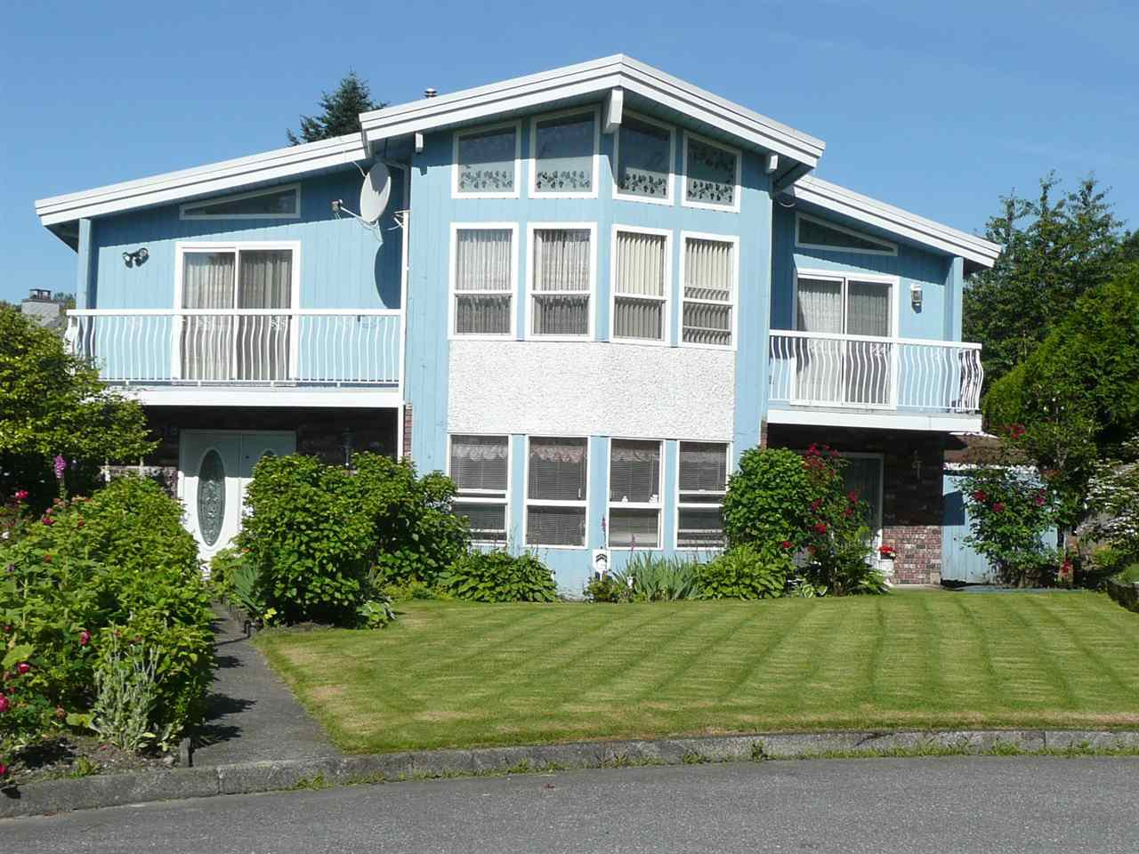 Main Photo: 618 ALLISON PLACE in New Westminster: The Heights NW House for sale : MLS®# R2467031