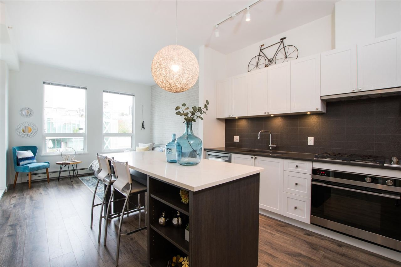 Main Photo: 406 105 W 2ND STREET in North Vancouver: Lower Lonsdale Condo for sale : MLS®# R2515353