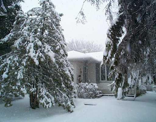 Main Photo: 19 BALLARD Crescent in WINNIPEG: West Kildonan / Garden City Single Family Detached for sale (North West Winnipeg)  : MLS®# 2405627