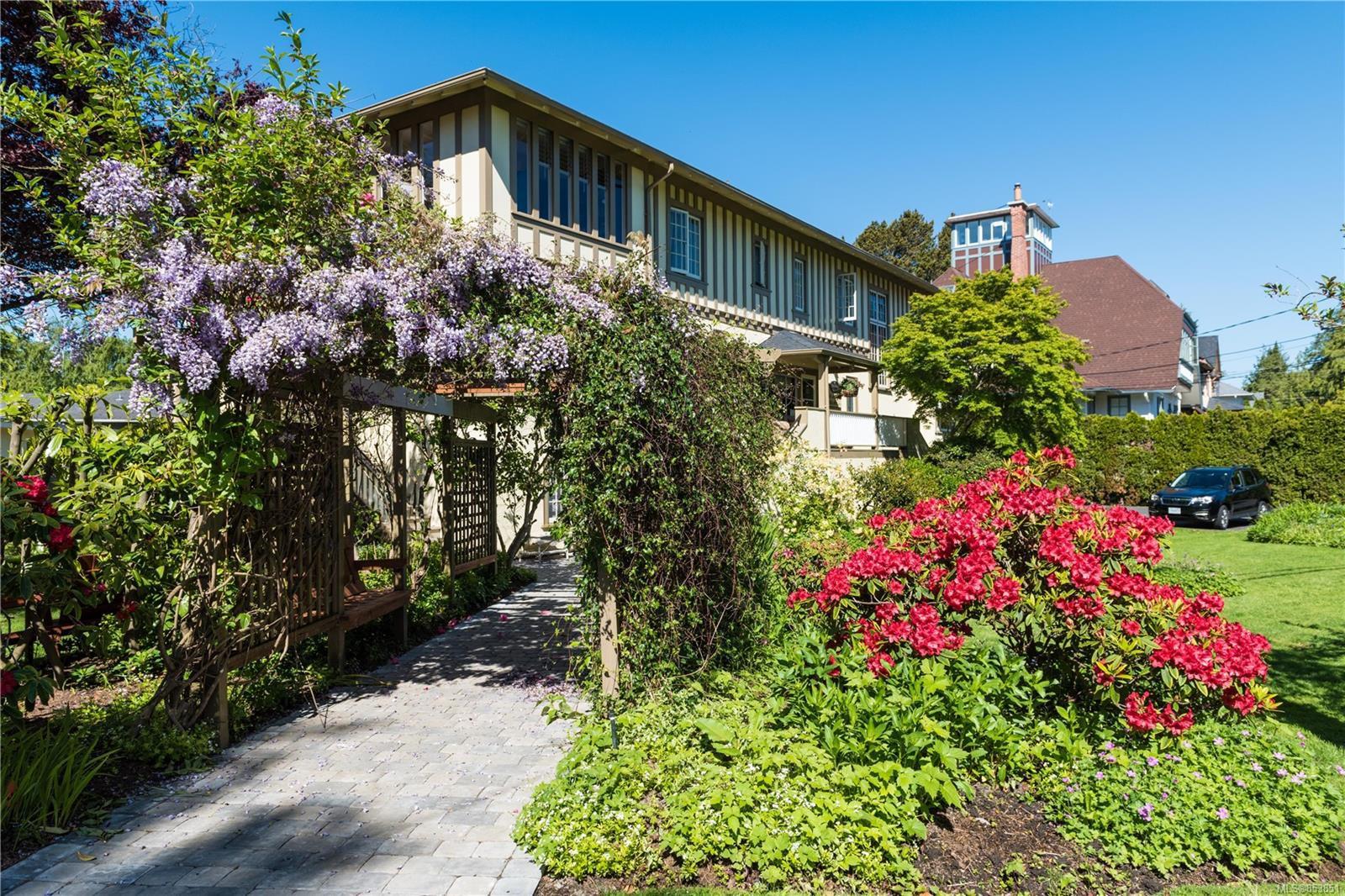 Main Photo: 1052 Newport Ave in : OB South Oak Bay Multi Family for sale (Oak Bay)  : MLS®# 853851