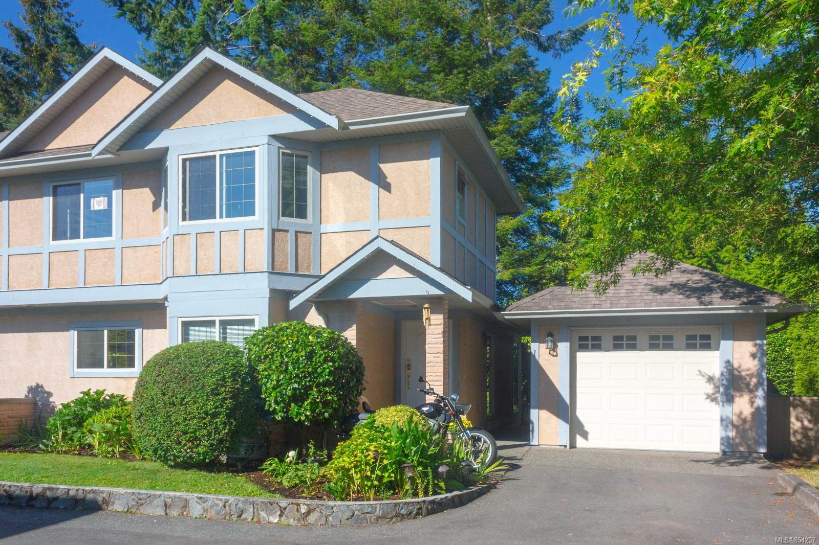 Main Photo: 1 1809 McKenzie Ave in : SE Mt Tolmie Row/Townhouse for sale (Saanich East)  : MLS®# 854207