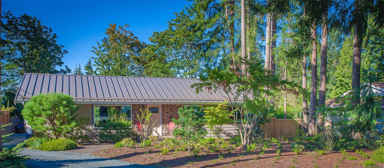 Main Photo: 389 Dorset Rd in : PQ Qualicum Beach Single Family Detached for sale (Parksville/Qualicum)  : MLS®# 854947