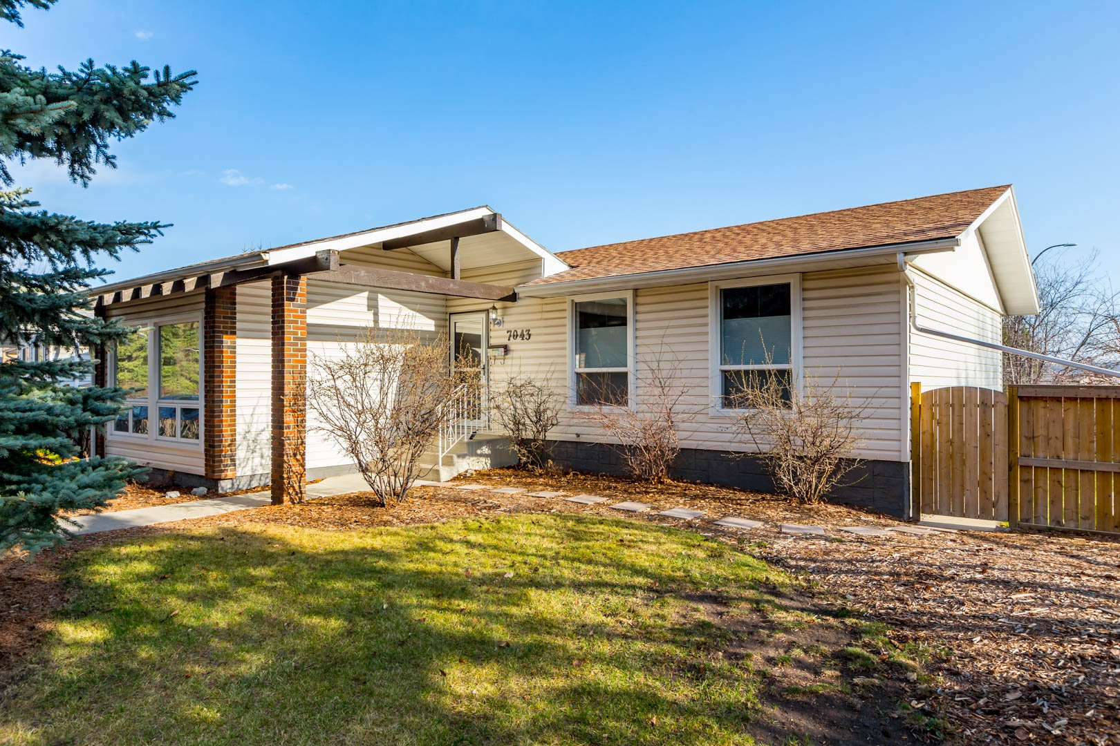 Main Photo: 7043 61 Avenue NW in Calgary: Silver Springs House for sale : MLS®# C4261296