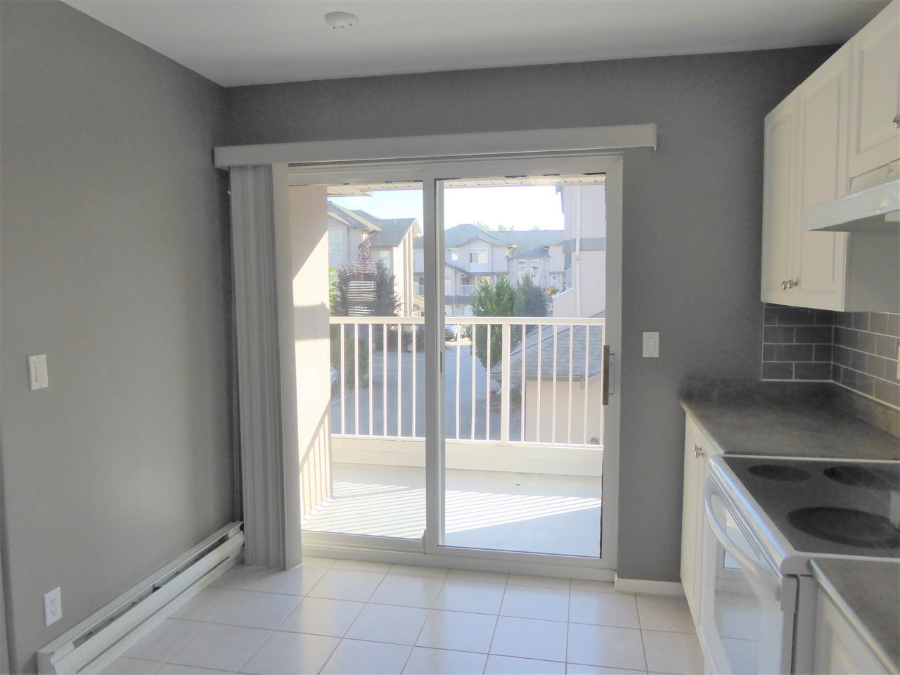 """Photo 5: Photos: 7 2538 PITT RIVER Road in Port Coquitlam: Mary Hill Townhouse for sale in """"RIVER COURT"""" : MLS®# R2392778"""