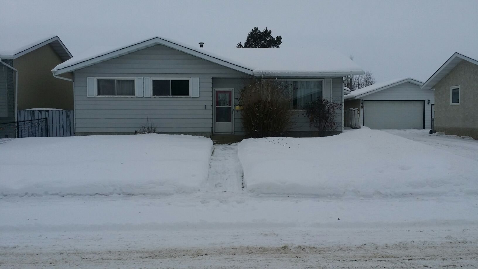 Main Photo: 9804 - 97 Street in Morinville: House for rent