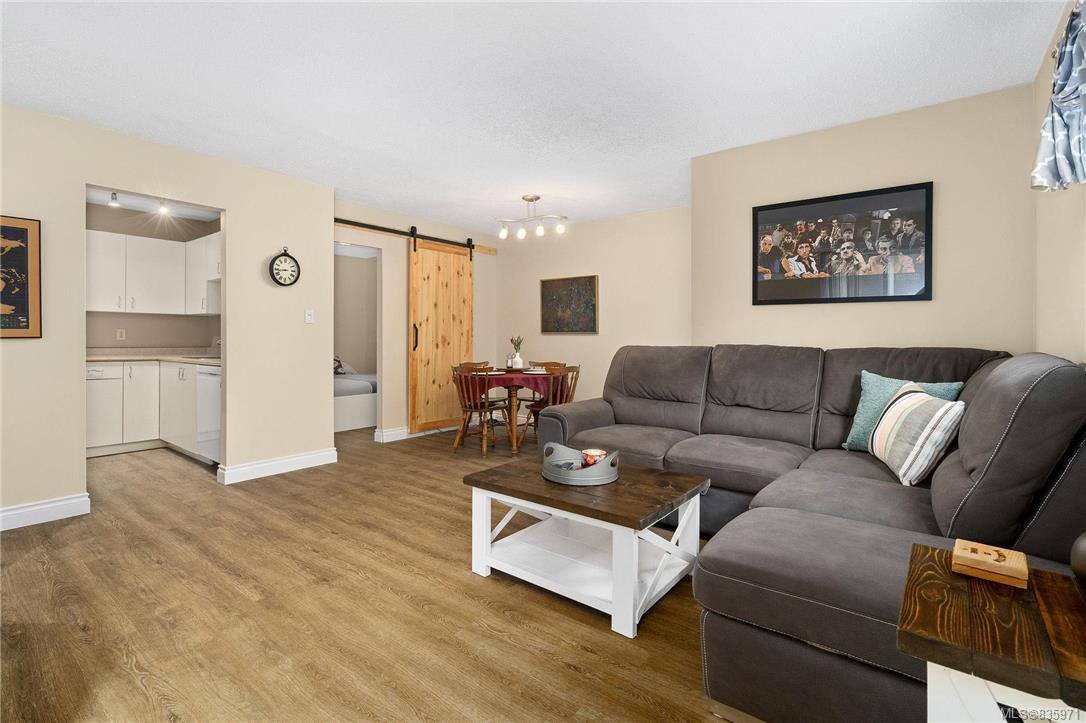 Main Photo: 106 3258 Alder St in Saanich: SE Quadra Condo Apartment for sale (Saanich East)  : MLS®# 835971