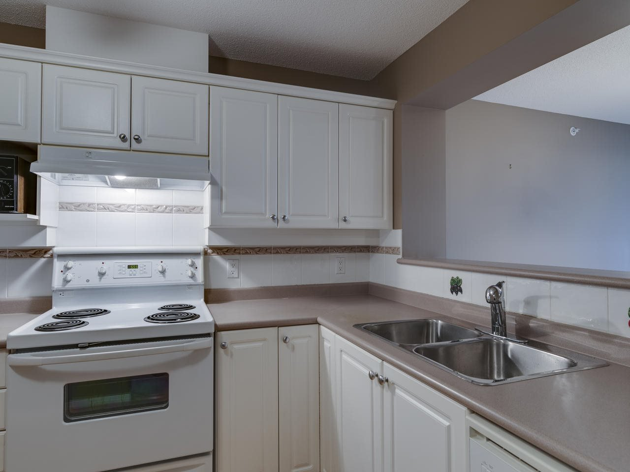 """Photo 6: Photos: 404 12148 224 Street in Maple Ridge: East Central Condo for sale in """"Panorama"""" : MLS®# R2461995"""