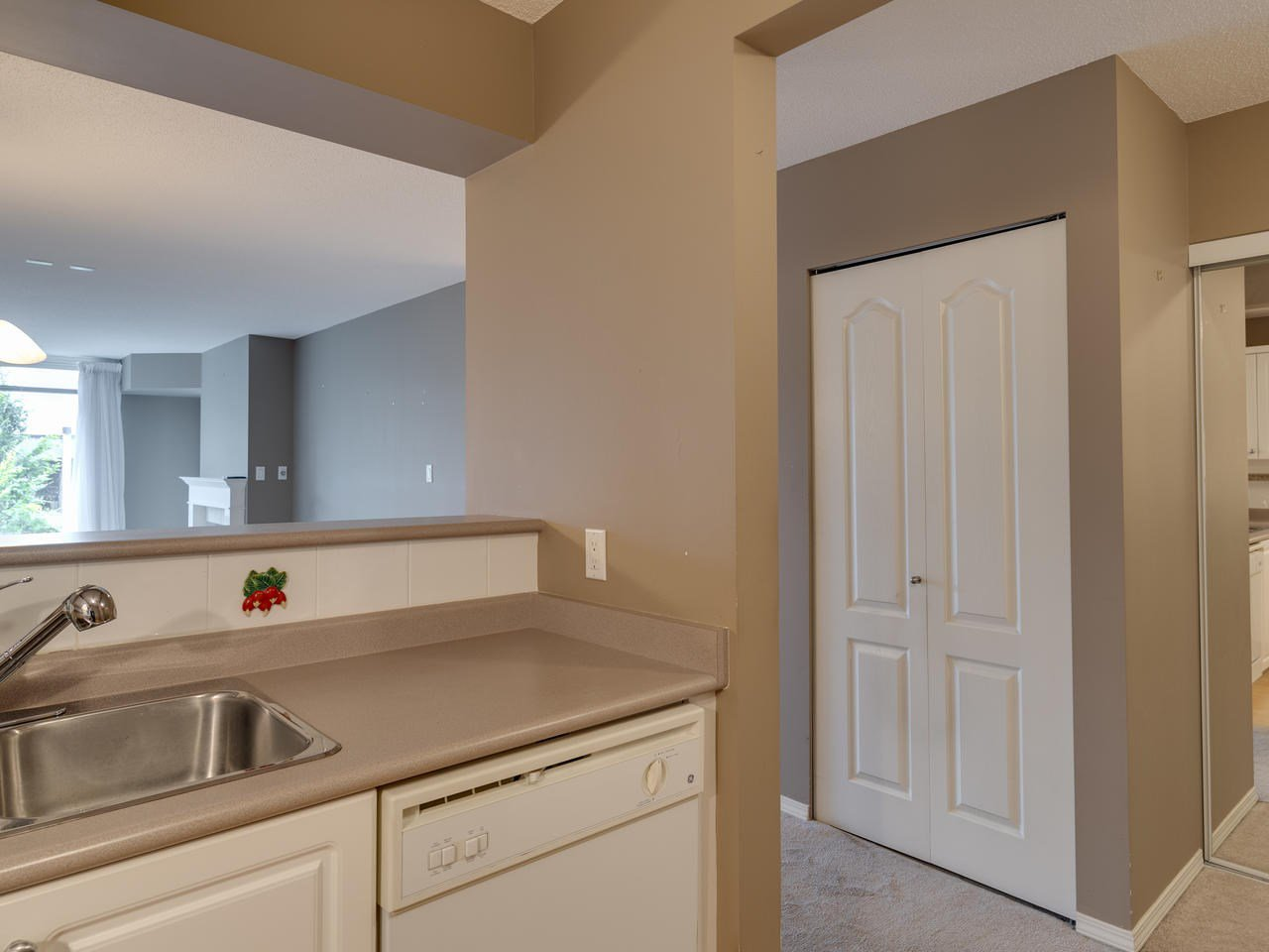 """Photo 9: Photos: 404 12148 224 Street in Maple Ridge: East Central Condo for sale in """"Panorama"""" : MLS®# R2461995"""