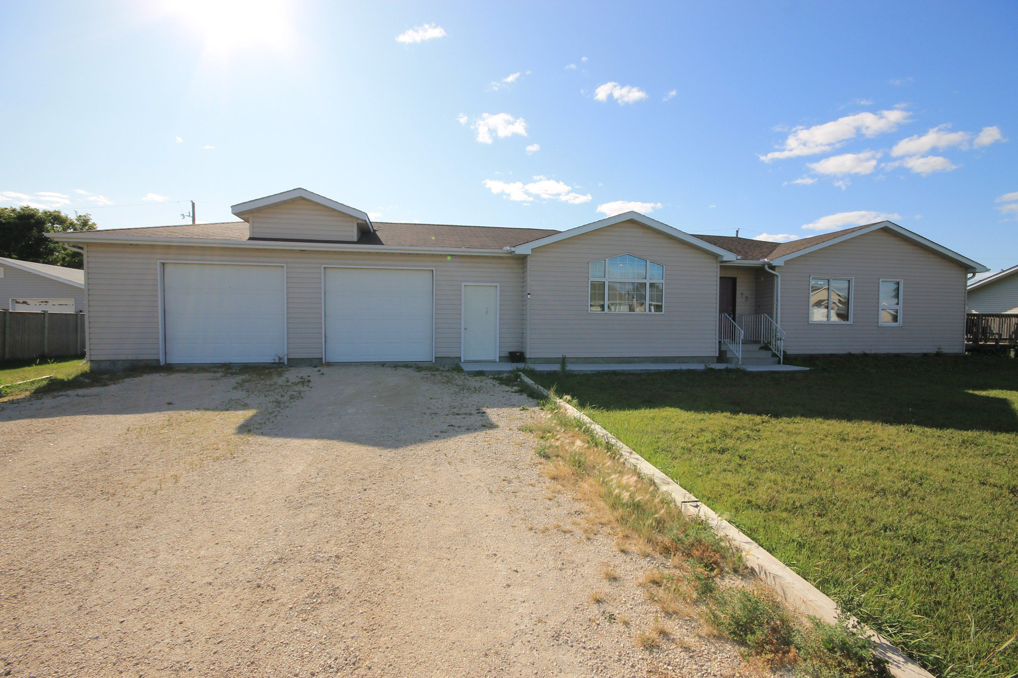 Main Photo: 75 Southpark Drive in Niverville: R07 Residential for sale : MLS®# 1924397