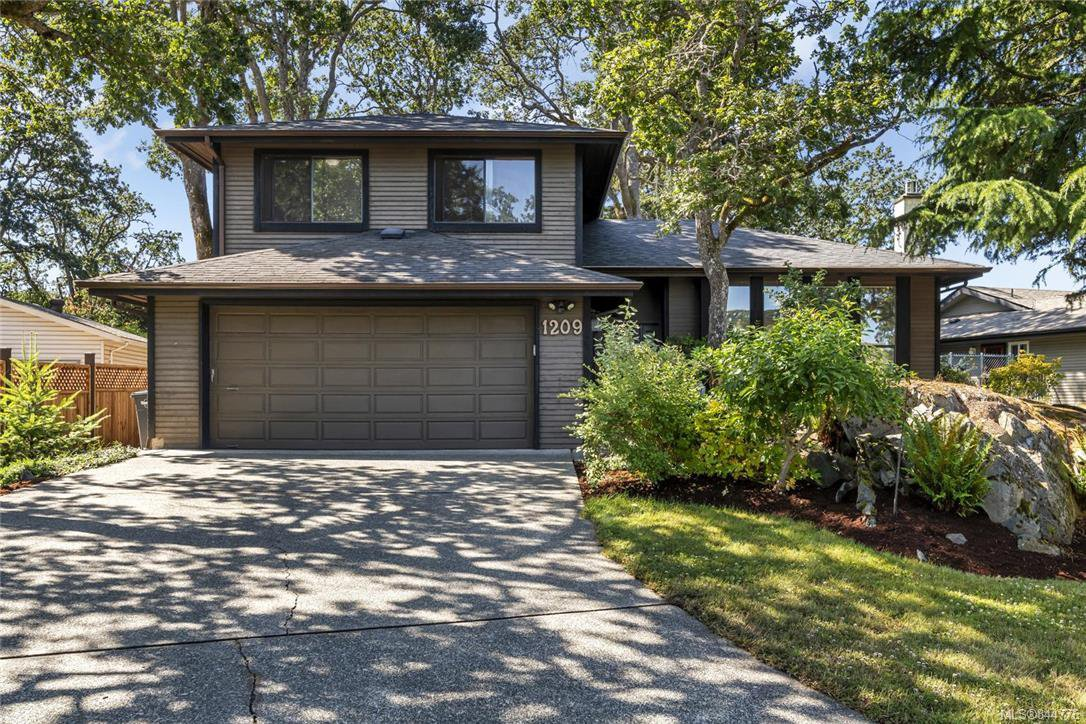 Main Photo: 1209 Camas Crt in Saanich: SE Lake Hill Single Family Detached for sale (Saanich East)  : MLS®# 844776