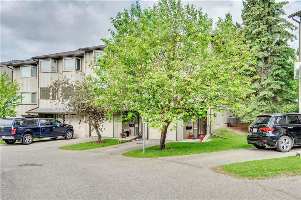 Main Photo: 114 Glamis Terrace SW in Calgary: Glamorgan Row/Townhouse for sale : MLS®# C4305468