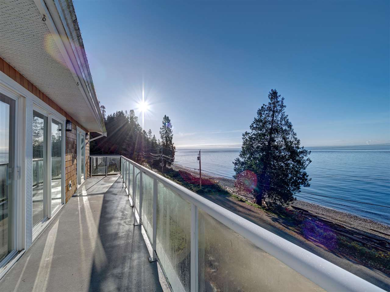 "Main Photo: 1810 OCEAN BEACH Esplanade in Gibsons: Gibsons & Area House for sale in ""Bonniebrook"" (Sunshine Coast)  : MLS®# R2519828"