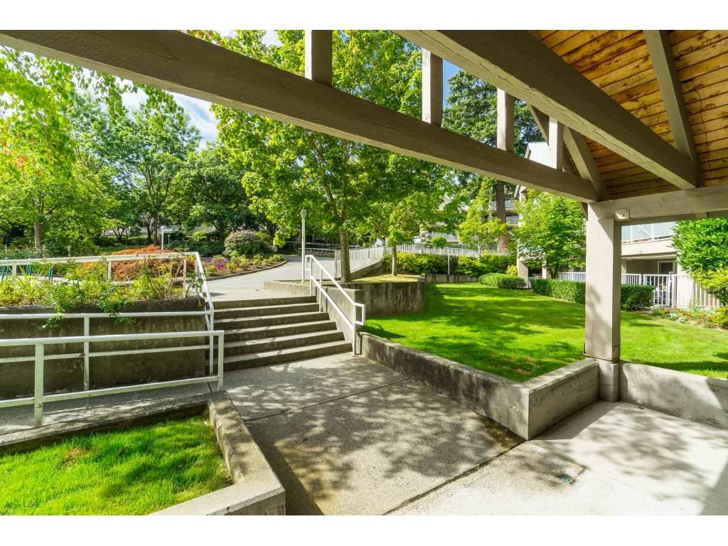 "Photo 2: Photos: 412 15150 29A Avenue in Surrey: King George Corridor Condo for sale in ""Sands II"" (South Surrey White Rock)  : MLS®# R2396902"