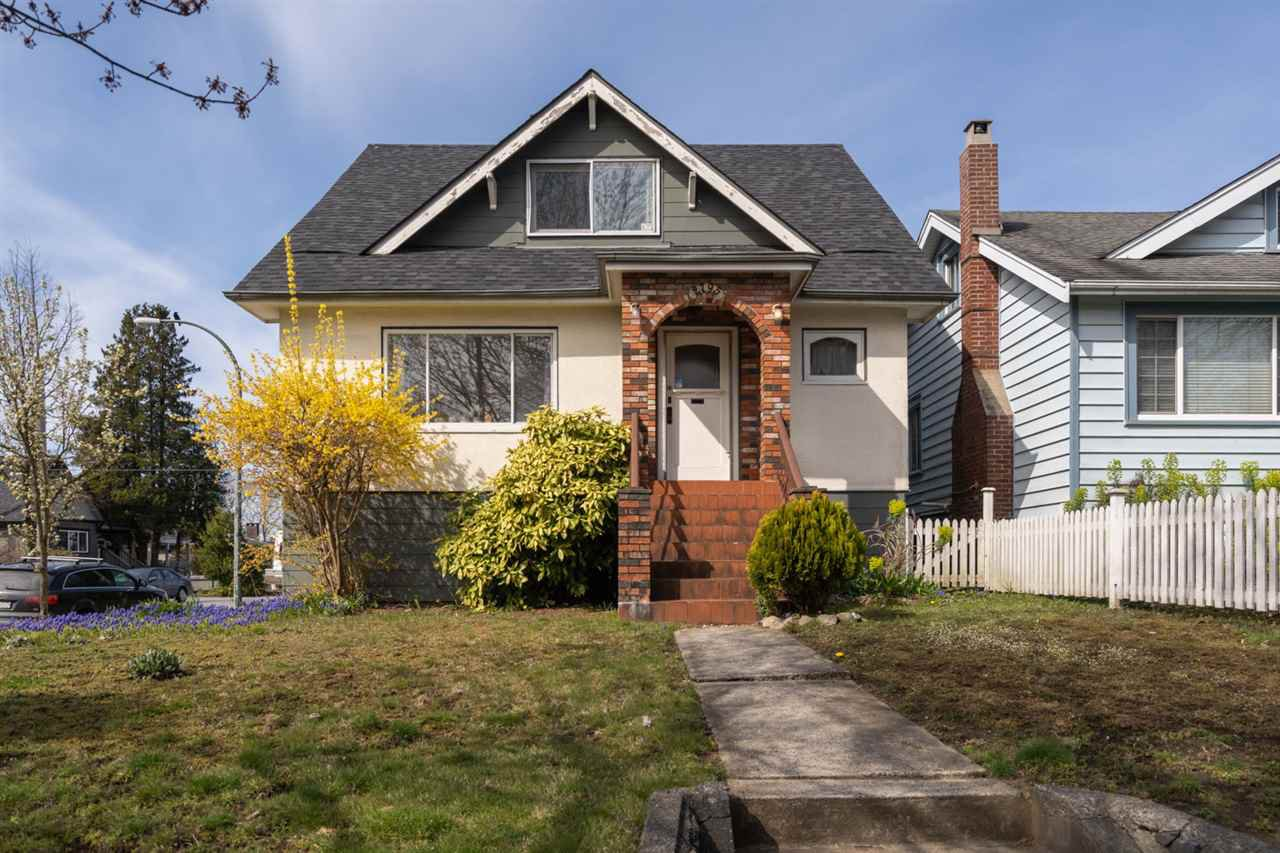 "Main Photo: 2795 NANAIMO Street in Vancouver: Grandview Woodland House for sale in ""COMMERCIAL DRIVE"" (Vancouver East)  : MLS®# R2450158"