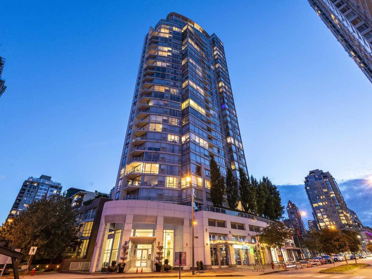"Main Photo: 705 1201 MARINASIDE Crescent in Vancouver: Yaletown Condo for sale in ""The Penninsula"" (Vancouver West)  : MLS®# R2480191"