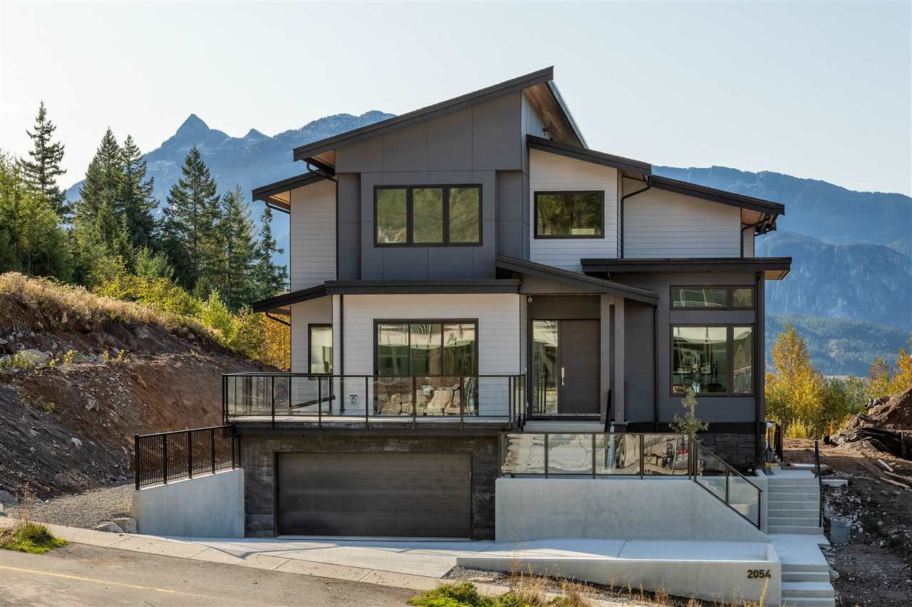 Main Photo: 2054 Dowad Drive in Squamish: House for sale