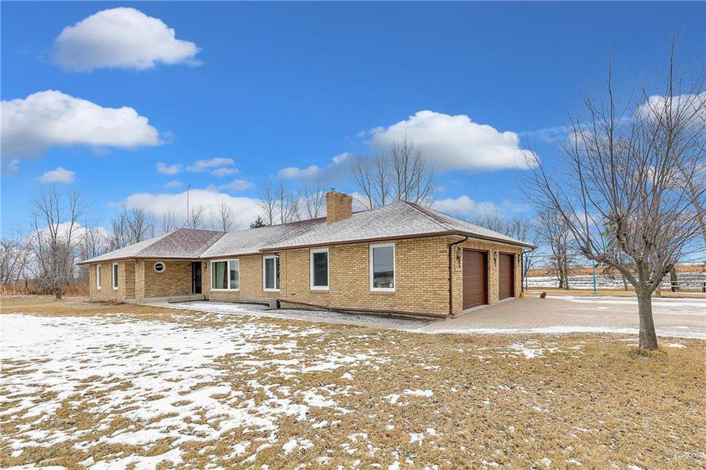 Main Photo: 695 Twin Creek Road in Steinbach: R16 Residential for sale : MLS®# 202029432