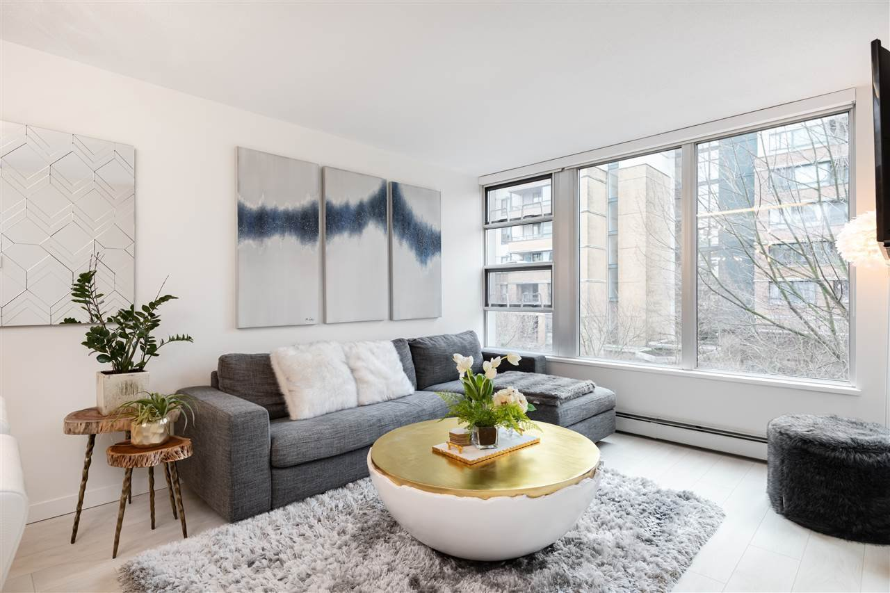 """Main Photo: 305 1228 MARINASIDE Crescent in Vancouver: Yaletown Condo for sale in """"CRESTMARK II"""" (Vancouver West)  : MLS®# R2431843"""