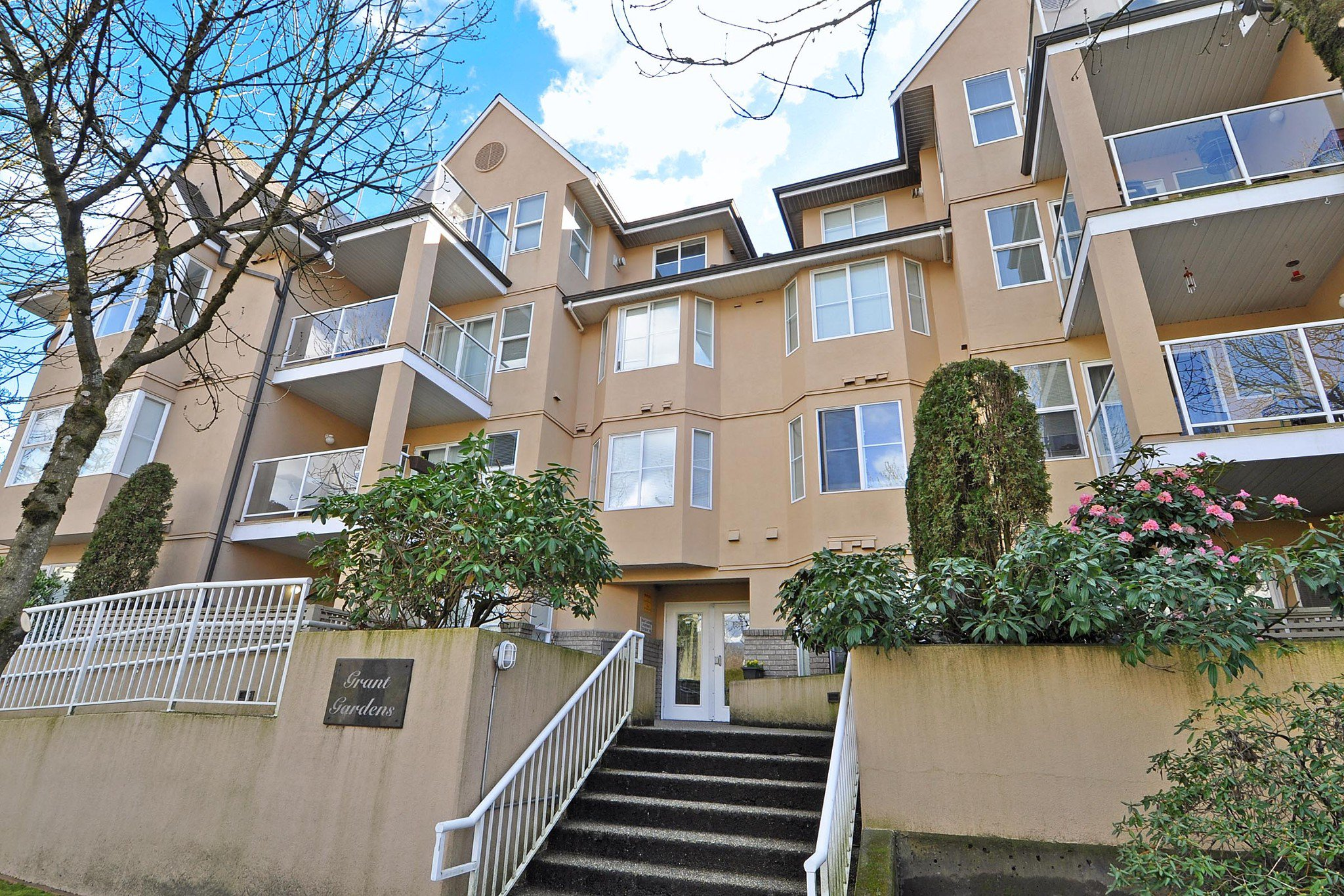 "Main Photo: 102 1558 GRANT Avenue in Port Coquitlam: Glenwood PQ Condo for sale in ""GRANT GARDENS"" : MLS®# R2444308"