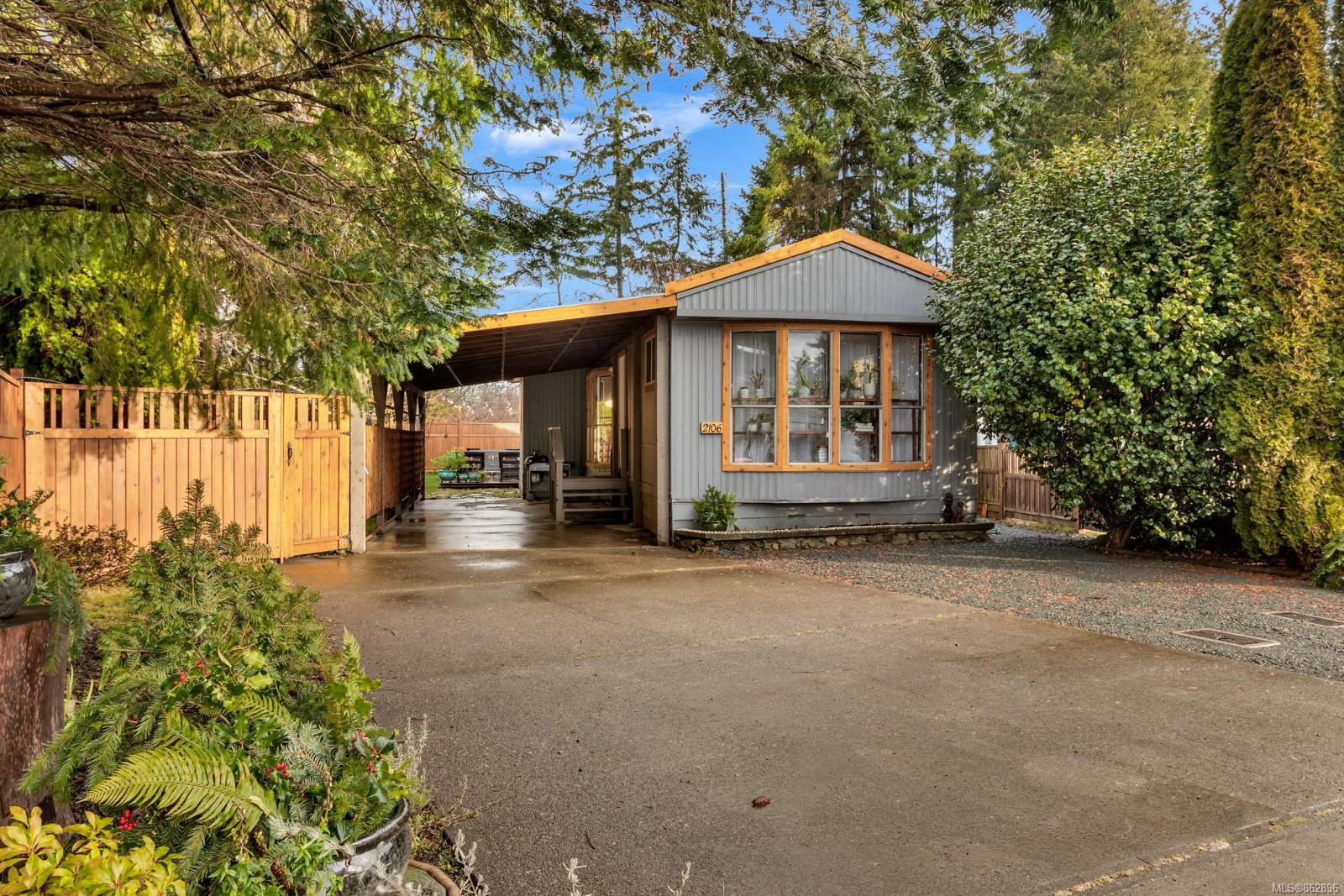 Main Photo: 2106 Stadacona Dr in : CV Comox (Town of) House for sale (Comox Valley)  : MLS®# 862896