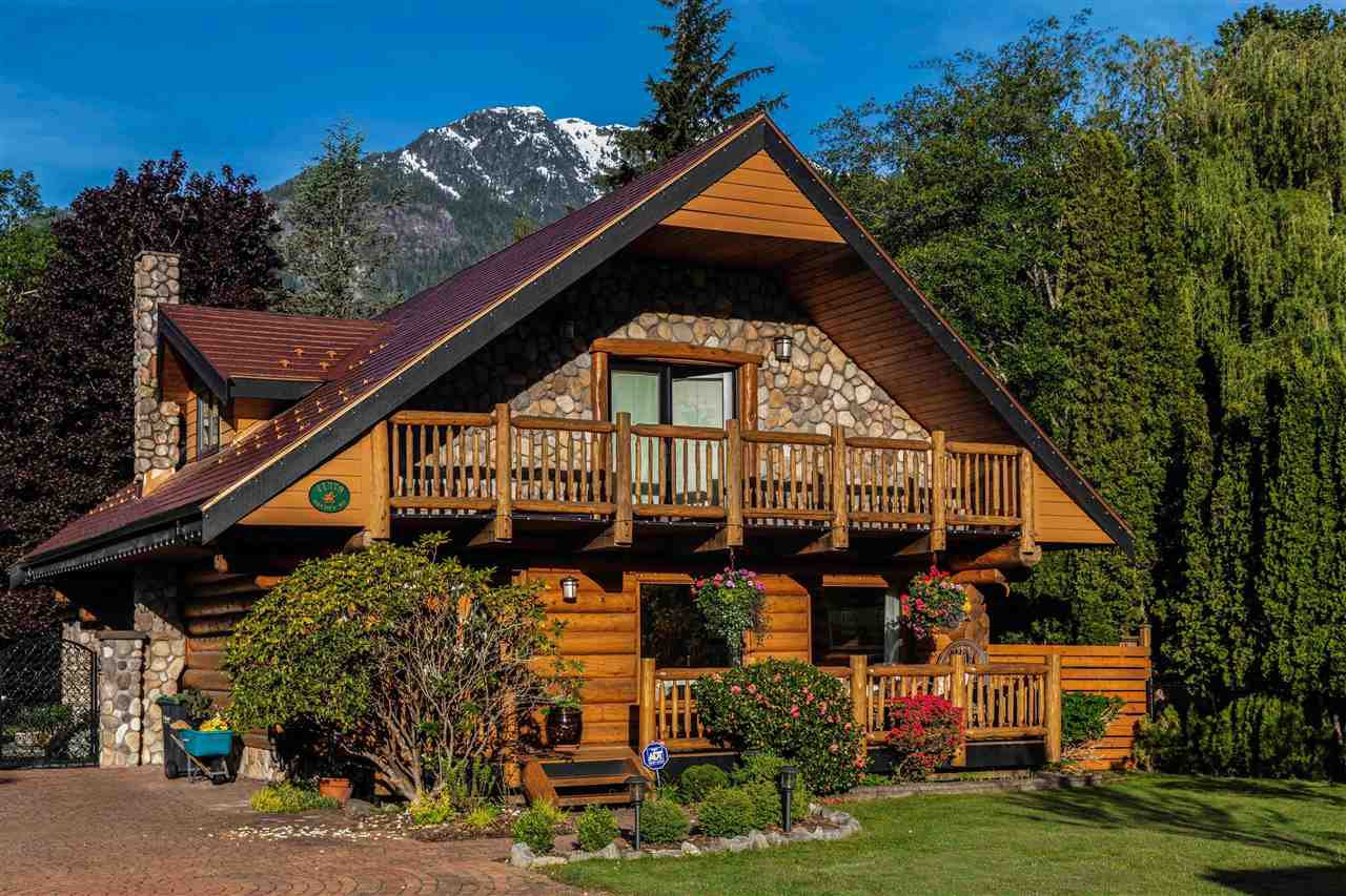 """Main Photo: 41379 DRYDEN Road in Squamish: Brackendale House for sale in """"Brackendale"""" : MLS®# R2484059"""