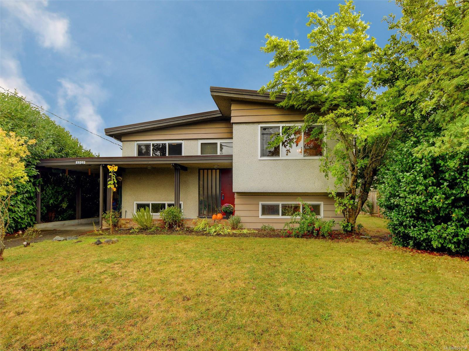 Main Photo: 3909 Ansell Rd in : SE Mt Tolmie House for sale (Saanich East)  : MLS®# 856714