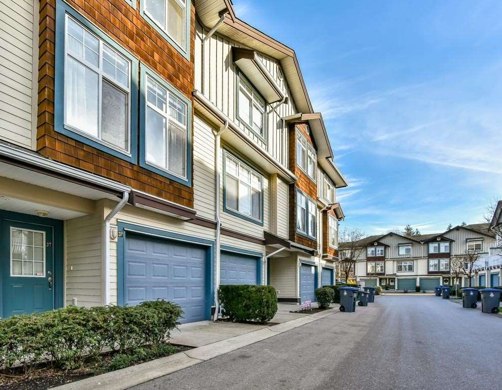 "Main Photo: 37 16588 FRASER Highway in Surrey: Fleetwood Tynehead Townhouse for sale in ""CASTLE PINES"" : MLS®# R2227622"