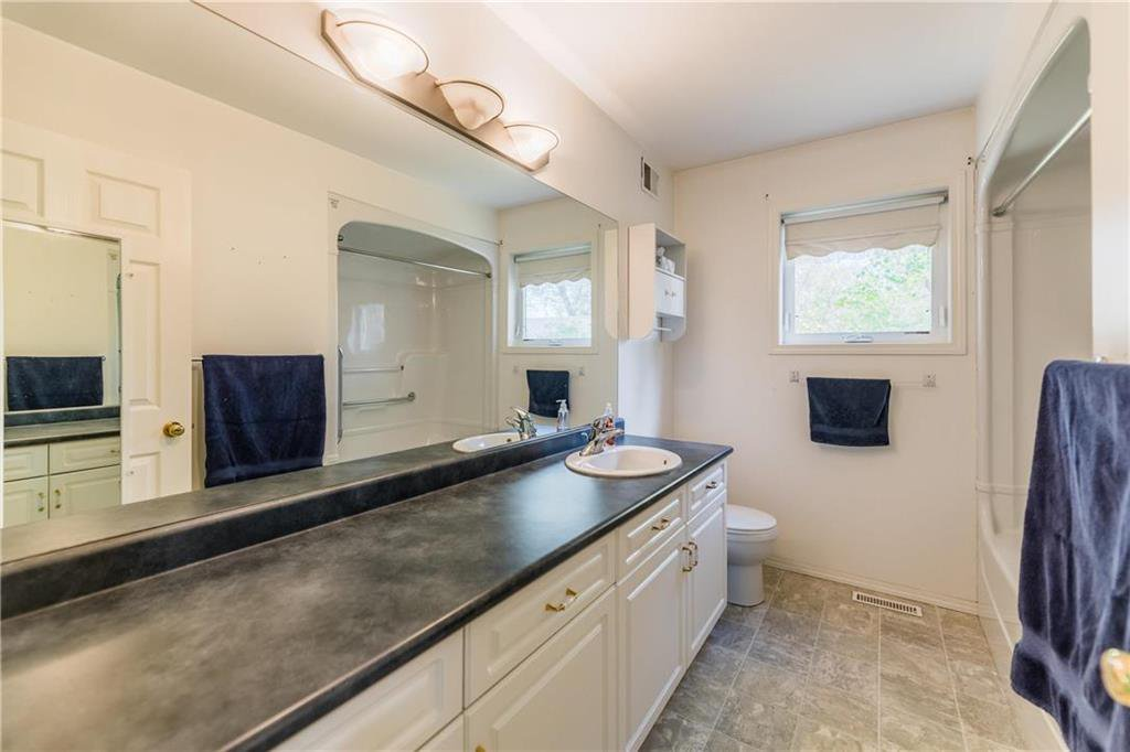 Photo 6: Photos: 825 MAIN Street in Steinbach: R16 Residential for sale : MLS®# 202024805