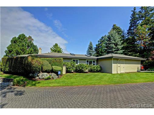 Main Photo: 918 2829 Arbutus Rd in VICTORIA: SE Ten Mile Point Row/Townhouse for sale (Saanich East)  : MLS®# 739157
