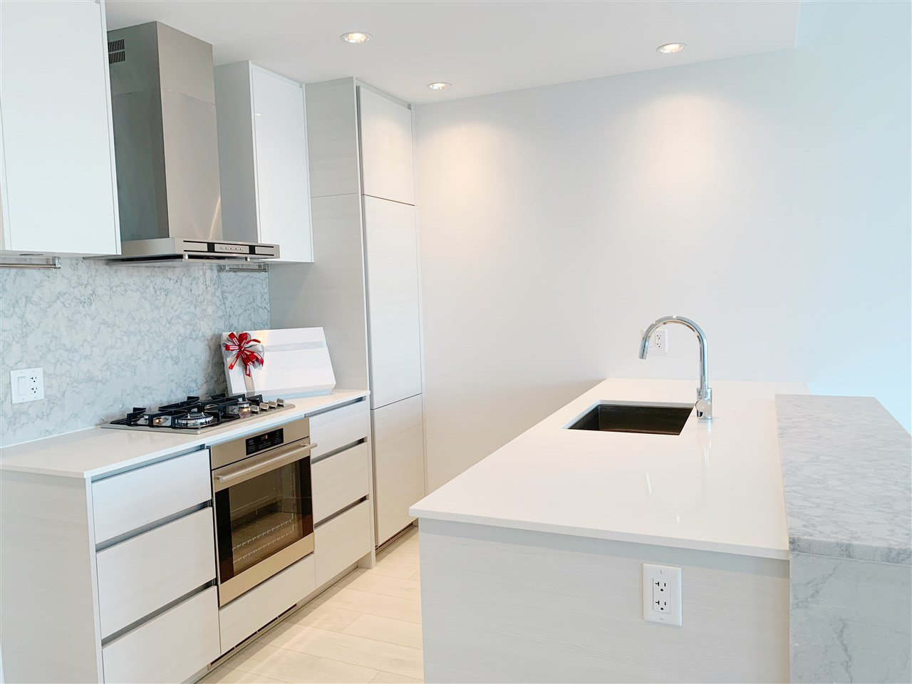 """Main Photo: 4709 4670 ASSEMBLY Way in Burnaby: Metrotown Condo for sale in """"STATION SQUARE 2"""" (Burnaby South)  : MLS®# R2336206"""