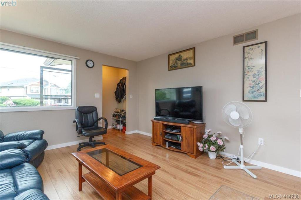 Photo 2: Photos: 52 Regina Ave in VICTORIA: SW Gateway Single Family Detached for sale (Saanich West)  : MLS®# 821726