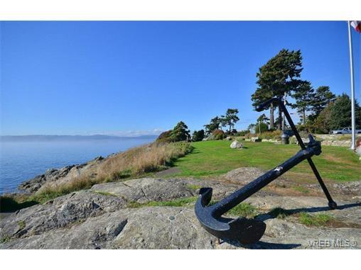 Main Photo: 301 614 Fernhill Pl in VICTORIA: Es Rockheights Condo for sale (Esquimalt)  : MLS®# 705977