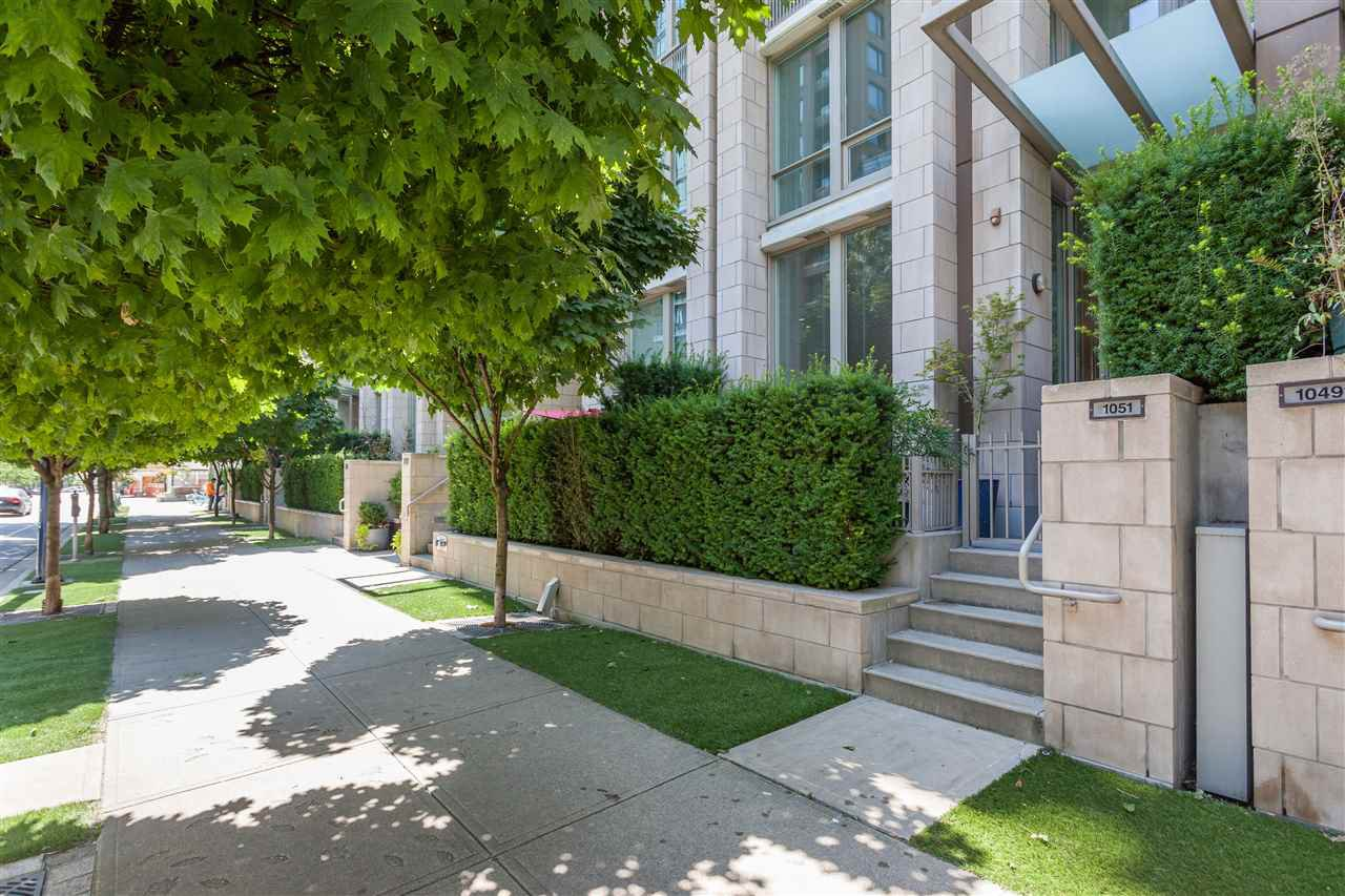"Main Photo: 1051 RICHARDS Street in Vancouver: Downtown VW Townhouse for sale in ""DONOVAN"" (Vancouver West)  : MLS®# R2198101"