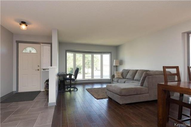 Photo 2: Photos: 11 Highcastle Crescent in Winnipeg: River Park South Residential for sale (2F)  : MLS®# 1724417