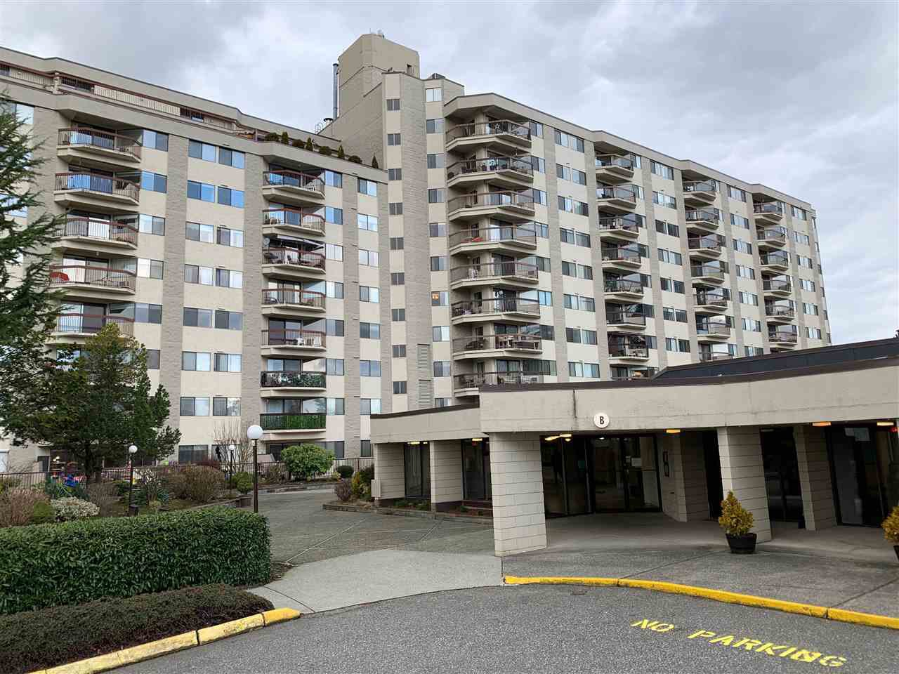 "Main Photo: 1017 31955 OLD YALE Road in Abbotsford: Abbotsford West Condo for sale in ""Evergreen Villas"" : MLS®# R2435978"
