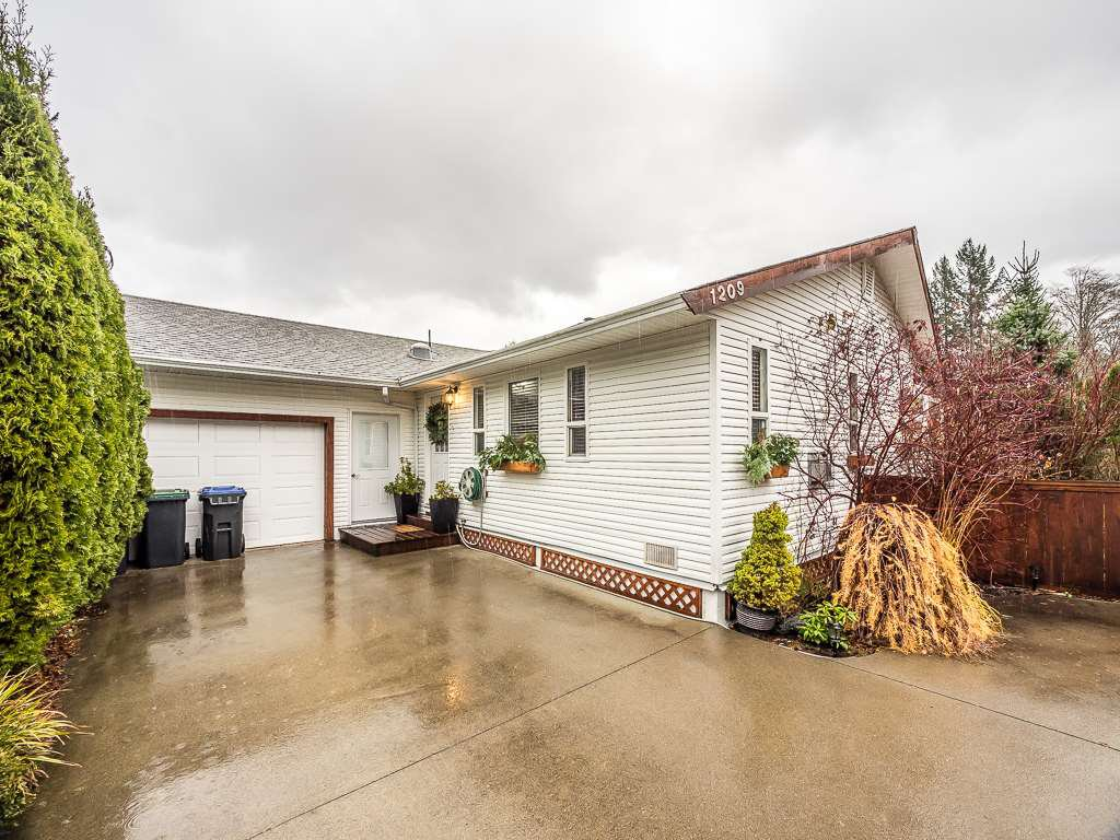 Photo 3: Photos: 1209 JUDD Road in Squamish: Brackendale 1/2 Duplex for sale : MLS®# R2224655