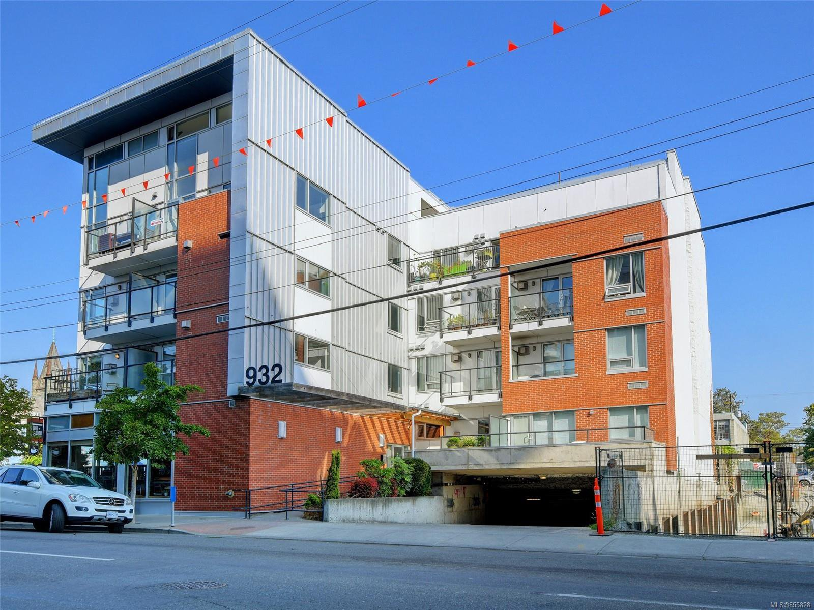 Main Photo: 302 932 Johnson St in : Vi Downtown Condo Apartment for sale (Victoria)  : MLS®# 855828