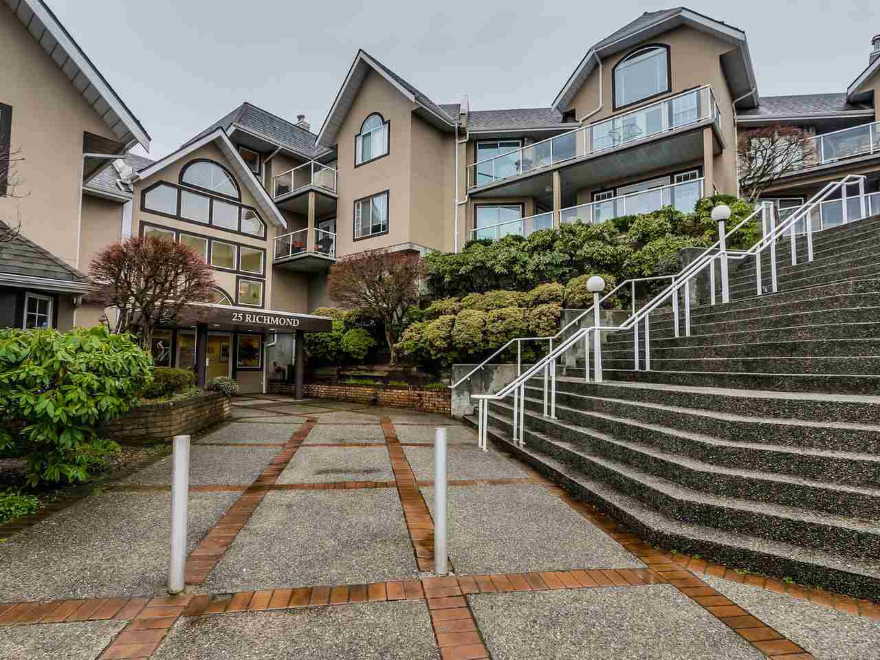 "Main Photo: 305 25 RICHMOND Street in New Westminster: Fraserview NW Condo for sale in ""FRASERVIEW"" : MLS®# R2031459"